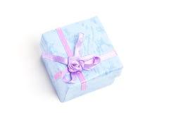 Unkosten der blauen Geschenkbox mit purpurrotem Band stockbild