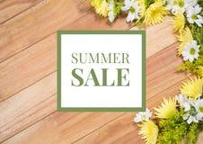 Unkosten der Blume auf Tabelle mit grüner und weißer Sommerschlussverkaufgraphik stockbild