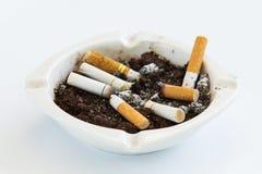 Unkosten der brennenden Zigarette im Aschenbecher lizenzfreies stockbild