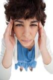 Unkosten der Frau mit Kopfschmerzen, die ihre Tempel berühren lizenzfreie stockbilder