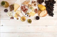 Unkosten der Käseplatte mit Stücken schimmeliger Käse, Prosciutto, p stockfotografie