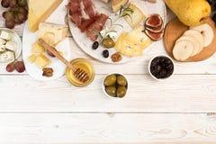 Unkosten der Käseplatte mit Stücken schimmeliger Käse, Prosciutto, p lizenzfreie stockfotos