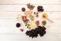 Unkosten der Käseplatte mit Stücken schimmeliger Käse, Prosciutto, p stockbilder