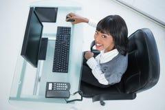 Unkosten der lächelnden hübschen Geschäftsfrau bei der Arbeit lizenzfreie stockfotos