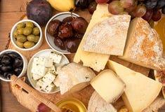 Unkosten der Lebensmittelzusammensetzung mit Blöcken des schimmeligen Käses, Essiggurke Stockfotografie