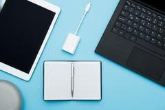 Unkosten des Bürotischs mit Laptop, Computertastatur, Tablette Lizenzfreie Stockbilder