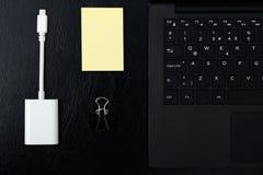 Unkosten des Bürotischs mit Laptop, Computertastatur und stic Stockbild