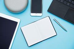 Unkosten des Bürotischs mit Laptop, Tabletten-PC, Mobiltelefon, spea Stockfotos