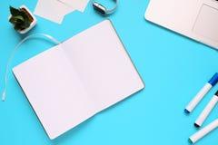 Unkosten des Bürotischs mit Notizblock, Notizbuch und Uhr und Filzstift Kopieren Sie Platz stockfoto