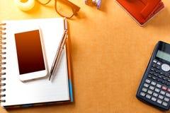 Unkosten des Bürotischs mit Notizbuch, Stift, Handy, calc Stockbilder