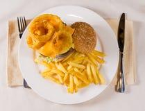 Unkosten des feinschmeckerischen Cheeseburgers und der Fischrogen stockbilder