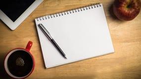 Unkosten des Notizblockes und des Stiftes Stockfotos