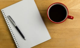 Unkosten des Notizbuches mit Stift und Kaffee stockbild