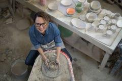 Unkosten des weiblichen Töpfers einen Lehm formend lizenzfreie stockfotografie