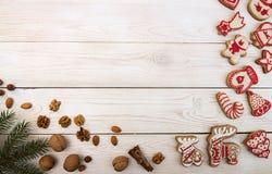 Unkosten des Weihnachtsneujahrsfeiertaghintergrundes Rotes gingerbre stockfotografie