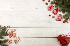 Unkosten des Weihnachtsneujahrsfeiertaghintergrundes Rotes gingerbre lizenzfreies stockfoto