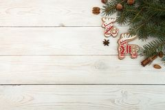 Unkosten des Weihnachtsneujahrsfeiertaghintergrundes Rotes gingerbre stockfotos