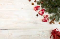 Unkosten des Weihnachtsneujahrsfeiertaghintergrundes Rotes gingerbre stockbild