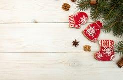 Unkosten des Weihnachtsneujahrsfeiertaghintergrundes Rotes gingerbre lizenzfreie stockfotografie