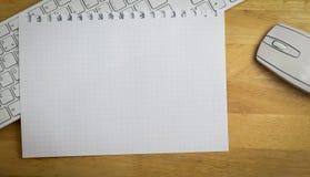 Unkosten des Zeichenpapiers mit Maßeinteilung auf Tastatur lizenzfreie stockfotografie