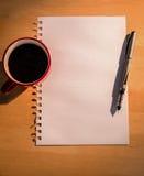 Unkosten des Zeichenpapiers- mit Maßeinteilungkaffees und -stiftes lizenzfreie stockfotografie