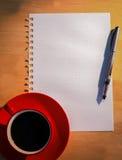 Unkosten des Zeichenpapiers- mit Maßeinteilungkaffees und -stiftes lizenzfreie stockbilder