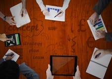 Unkosten von den Händen, die mit Täfelung und Konzeptgekritzeln schreiben lizenzfreie abbildung