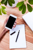 Unkosten von den weiblichen Händen, die Smartphone halten lizenzfreie stockfotos