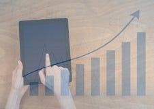 Unkosten von Händen mit Tablette und blauer Diagrammüberlagerung lizenzfreie abbildung
