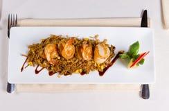Unkosten von Meeresfrüchten Fried Rice auf quadratischer Platte lizenzfreie stockfotografie