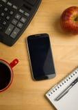 Unkosten von Smartphone mit Taschenrechner lizenzfreies stockfoto