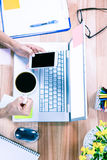 Unkosten von weiblichen Händen unter Verwendung des Smartphone und des Haltens der Kaffeetasse Stockbild