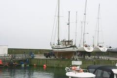 Unlaunched-Segelboote am Dock stockbild