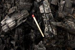Unlit matchpinne som lägger på brända kol Fotografering för Bildbyråer
