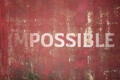 Unmöglicher Text auf Metallplattenstahlhintergrund Stockfotos