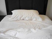 Unmade κρεβάτι με τσαλακωμένος duvet, σεντόνι και μαξιλάρια στοκ φωτογραφία με δικαίωμα ελεύθερης χρήσης