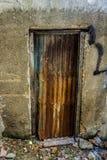 Unmanaged och rostig gammal tappningdörr som göras från stålfotoet som tas i Jakarta Indonesien Royaltyfri Bild