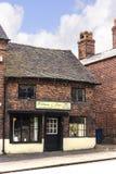 Unmodernised stary sklep w głownej ulicie w Malowniczym miasteczku Sandbach w Południowym Cheshire Anglia Zdjęcie Stock