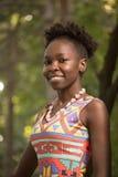 Uno, adulto joven, mujer sonriente feliz afroamericana negra 20- Foto de archivo libre de regalías