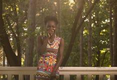 Uno, adulto joven, risa sonriente feliz afroamericana negra Imagenes de archivo