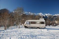 Uno-Clase Motorhome en nieve Fotografía de archivo libre de regalías