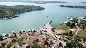 Uno de esos pequeños puertos para los barcos en el archipiélago de Finlandia almacen de metraje de vídeo