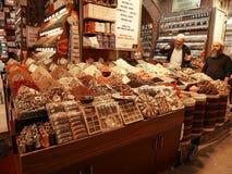 Uno de especias y de té hace compras en bazar de la especia del ` s de Estambul o mercado de la especia imagen de archivo