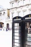 Uno de la caja negra característica del teléfono en Londres central adentro Foto de archivo libre de regalías