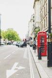 Uno de la caja roja característica del teléfono en Londres central Imágenes de archivo libres de regalías