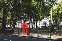 uno de la caja roja característica del teléfono en Londres central en Mayfair Foto de archivo libre de regalías