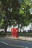 uno de la caja roja característica del teléfono en Londres central en Mayfair Fotos de archivo libres de regalías