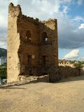 Uno de la fortaleza Genoese de la torre en la ciudad Sudak, Crimea imagen de archivo libre de regalías