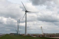 Uno de la grúa más grande del mundo en tierra construye los molinoes de viento Fotos de archivo libres de regalías