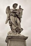 Uno de los ángeles en el puente de Sant Ángel en Roma, Italia Imagen de archivo